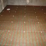 Steg 8: Isolering av golv För att minska värmeförlusterna ner i marken tilläggsisolerades golvet med byggelement. Läggning av golvvärme 100W/m2.