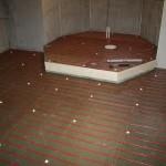 Steg 9: Badkars Podie För att markera badkarsdelen har ett podie murats upp i lecasten. Ovansidan beklädd med byggelement.
