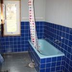 Steg 1: Förebild Klassiskt badrum som i många 60-tals hus. Inmurat badkar och halvkaklade väggar.