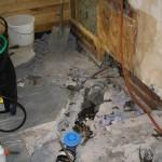 Steg 5: Bilning Uppbilning av golv för att frilägga avloppsgrenar. Gamla gjutjärnsrör i detta fallet.
