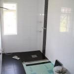 Steg 14: Klinkerläggning Kakel på väggar på plats och golvläggning i full gång. Mosaik bakom blandare.